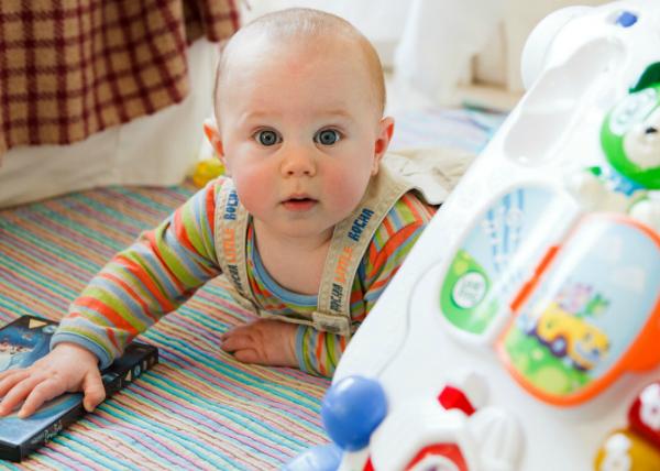 Jak stymulować rozwój dziecka od 0-6 miesiąca życia