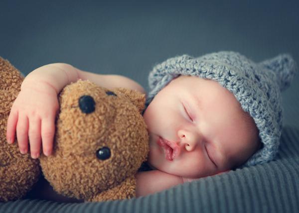 Zdrowy sen dziecka a idealny materac