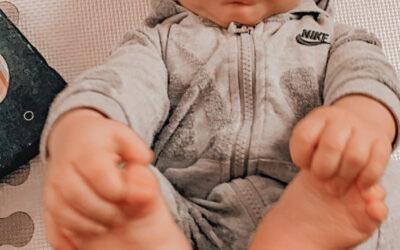 Rozwój niemowlaka na plecach. Moje dziecko łapie się za stopy.